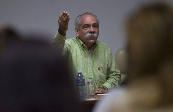 Jorge González, presidente de la cosisión de Salud y Deporte durente el tercer día de trabajo. Foto: Ladyrene Pérez/ Cubadebate.