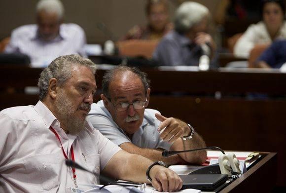 Fidel Castro Díaz-Balart, doctor en física nuclear y asesor del presidente de Cuba para asuntos científicos, conversa con Agustín Lage, director del Centro de Inmunología Molecular. Foto: Ladyrene Pérez/ Cubadebate.