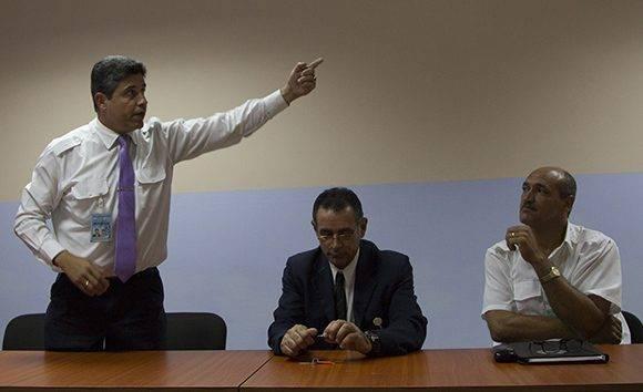 José Antonio Marrero, Jefe del Centro de Control de Área; Jorge Martínez, Jefe de Sala de Control y Joel Archer, Jefe de Unidad de navegación y gestión operacional. Foto: Ladyrene Pérez/ Cubadebate.