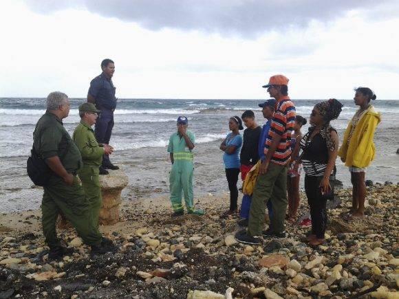 El Destacamento mirando al mar apoya a las autoridades . Foto: Reinaldo Fuentes.