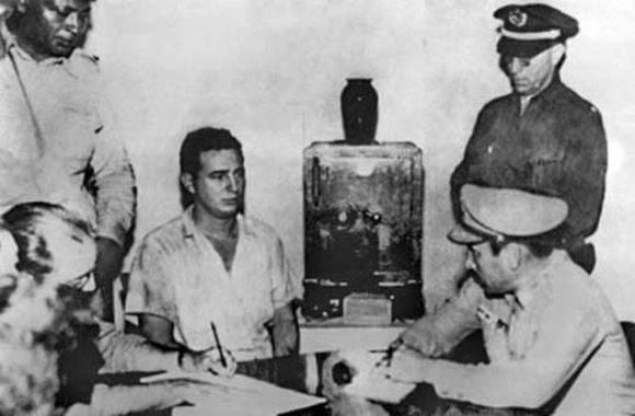El coronel Chaviano interroga a Fidel en el cuartel Moncada. Foto: Archivo.