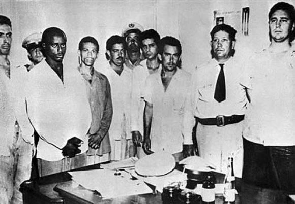 Fidel Castro luego de ser capturado, junto a otros atacantes a la fortaleza militar santiaguera. Foto: Archivo.