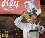 Adrian Rabelo, cantinero del el Emperador, ganador de la competencia El Rey del Daiquiri, en su 4ta edición celebrada en el Bar El Floridita, como parte de los festejos por el 195 aniversario de esta instalación. Foto: Ismael Francisco/Cubadebate.