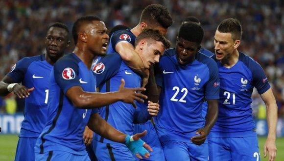 Los jugadores franceses celebran el gol marcado por Antoine Griezmann. Foto: Reuters