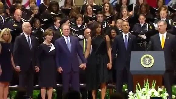 George Bush baila y ríe durante el funeral de los policías muertos en Dallas. El presidente Obama y su mujer, Michelle, también se contagian de la risa del exmandatario norteamericano.