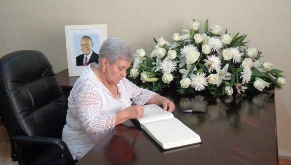 Gladys Bejerano, en nombre de Cuba, firma libro de condolencias por la muerte del ex Primer Ministro de Trinidad y Tobago. Foto: CubaMinrex.