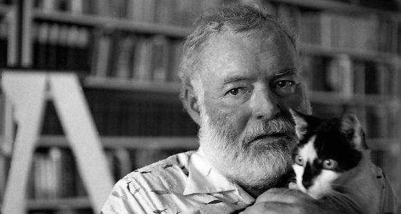 Hemingway en Finca Vigía con uno de sus gatos.