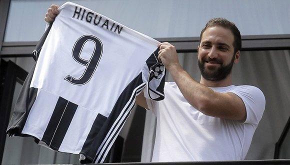Higuaín muestra el uniforme de su nuevo equipo. Foto: ChampionsLeague.