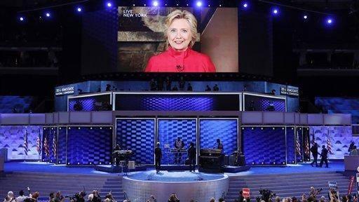 La candidata demócrata a la presidencia de EEUU, Hillary Clinton, aparece en una pantalla grande para agradecer a los delegados en el segundo día de la Convención Nacional Demócrata en Filadelfia, el martes 26 de julio de 2016. Foto: J. Scott Applewhite/ AP.