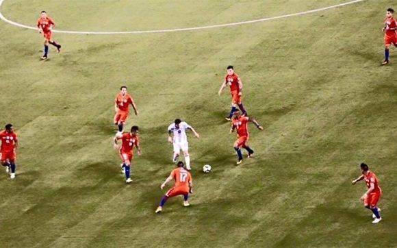 La imagen de Leo Messi, solo contra nueve jugadores chilenos, se ha hecho viral en las redes sociales.