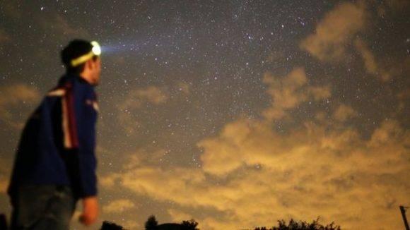 Se aconseja buscar un sitio apartado de la luz artificial para observar mejor la lluvia de meteoritos. Foto: Getty.