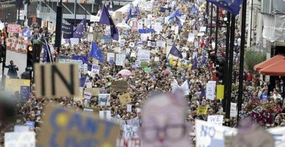 """Los organizadores de la marcha consideran que es posible """"evitar el Brexit rechazando que el referéndum tenga la última palabra"""" y así evitar """"nuestra auto destrucción""""."""