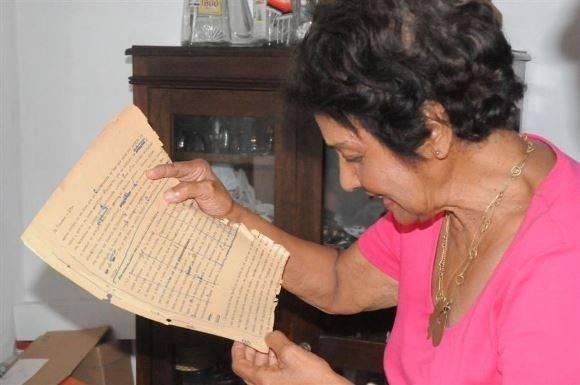 Marta relee sus originales escritos en 1953. Foto: Foto: Vicente Brito/ Escambray.
