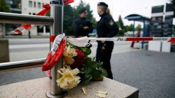 Una ofrenda de flores colocada cerca del centro comercial Olympia, donde murieron 9 personas.
