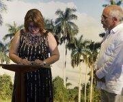 La nueva embajadora Lissett Pérez Pérez firma su juramento. Foto: Ladyrene Pérez/ Cubadebate.