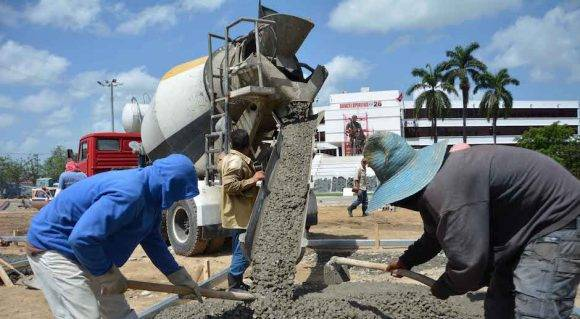 Los constructores laboran en la fundición de losas en la Plaza Serafín Sánchez Valdivia, donde se desarrollará el acto central nacional por el Día de la Rebeldía Nacional el próximo 26 de julio en Sancti Spírirtus. 6 de julio de 2016. Foto: Oscar ALFONSO SOSA/ACN