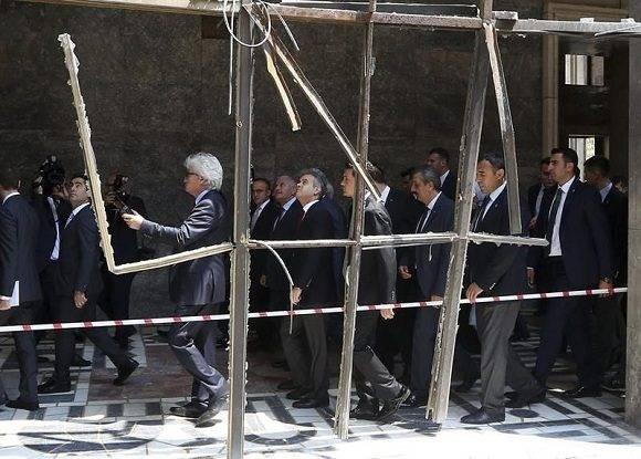 El primer ministro de Turquía, Binali Yildirim, visita una de las partes destruidas del Parlamento en Ankara, Turquía. Foto: EFE.