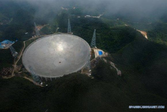 """La instalación del """"FAST"""", el radiotelescopio más grande del mundo, fue completada el domingo por la mañana al colocar el último de los 4,4450 paneles en el centro del gran plato. Foto: Ou Dongqu/Xinhua."""
