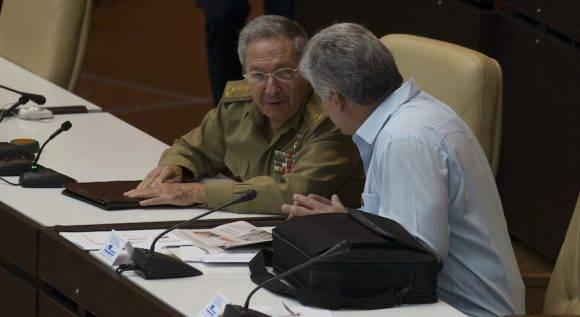 El Presidente cubano Raúl Castro (izquierda) conversa con el Vicrepresidente primero, Miguel Díaz Canel, momentos antes de iniciarse la sesión plenaria del Parlamento. Foto: Ladyrene Pérez/ Cubadebate
