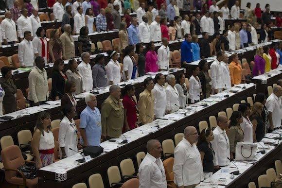 Se escucha el Himno Nacional en la apertura de la sesión de la Asamblea Nacional del Poder Popular, en el Palacio de las Convenciones. Foto: Ladyrene Pérez/ Cubadebate