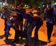 Un hombre herido recibe ayuda en los alrededores del local. (Getty Images)
