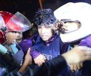Un policía herido es ayudado por sus compañeros. (Getty Images)
