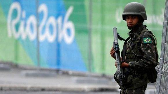 Un soldado hace guardia este jueves ante la CIudad Olímpica en Río. Foto: Reuters.
