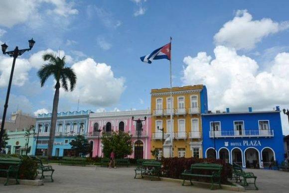 Bandera cubana ondea junto al busto de José Martí, en el parque Serafín Sánchez, en la  ciudad de Sancti Spíritus, sede de las actividades centrales por el 26 de Julio, Día de la Rebeldía Nacional, Cuba, 24 de julio de 2016. ACN  FOTO/Osvaldo GUTIÉRREZ GÓMEZ/sdl