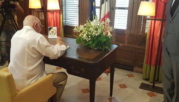 Vicepresidente cubano José Ramón Machado Ventura firma libro de condolencias de la Embajada de Francia por atentado terrorista en Niza. Foto: Twitter Cuba Minrex.
