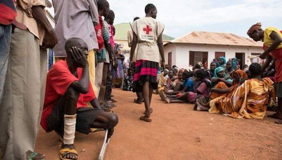 Hombres y mujeres esperan por ser registrados como desplazados en Sudán del Sur Redcross en Wau. Foto Afp / Archivo