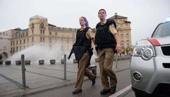 Agentes de la policia patrullan en la plaza Stachus después del tiroteo que tuvo lugar en el centro comercial Olympia de Múnich, Alemania. Foto: AFP.
