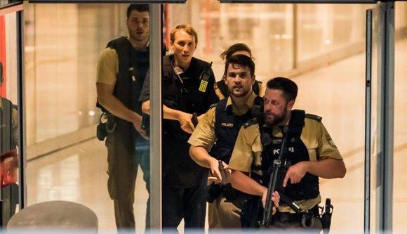 Los agentes de policía responden a un tiroteo en el centro comercial Olympia en la ciudad alemana de Múnich. Getty Images