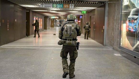 Policías de las fuerzas especiales aseguran la estación de metro de Karlsplatz. Foto: EFE.