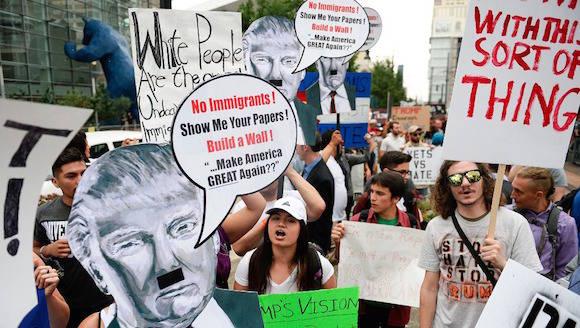 Protestan contra Donald Trump afuera de la Cumbre Conservadora Occidental, en Denver. Foto Michael Reaves/The Denver Post vía AP