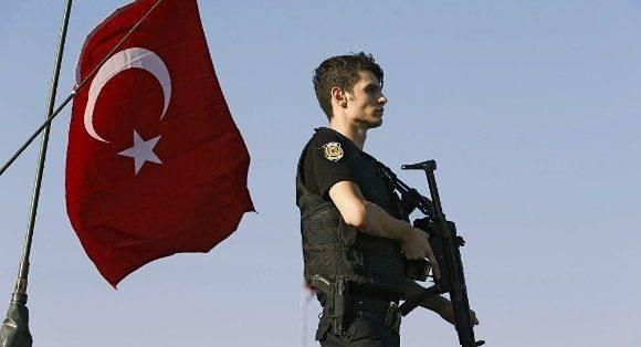 Soldado turco armado tras golpe de Estado fallido. Foto: Reuters.