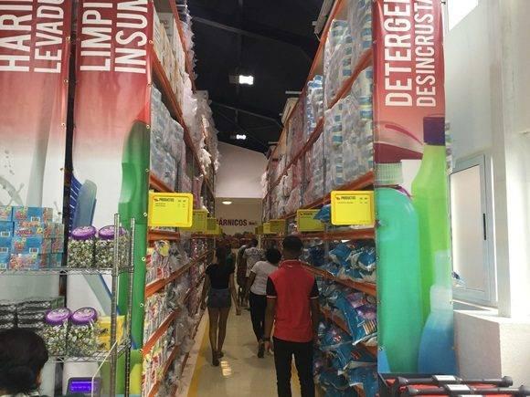 Las góndolas hasta el techo exhiben múltiples productos. Foto: Oscar Figueredo Reinaldo/ Cubadebate