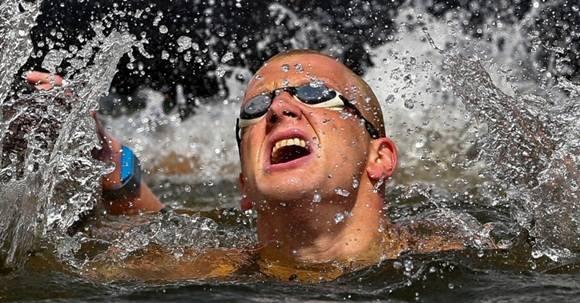 14ago2014---nadador-ferry-weertman-da-holanda-comemora-apos-vencer-os-10-kms-em-aguas-abertas-durante-