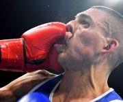 El francés Sofiane Oumiha da un golpe al hondureño Teofimo Andres Lopez Rivera durante la competición de peso pluma masculino. Foto: Yuri Cortez/ AFP.