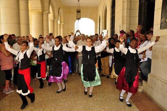 Se baila la Jota por parte de las Asociaciones Gallegas. Foto. Roberto Garaicoa Martínez/ Cubadebate