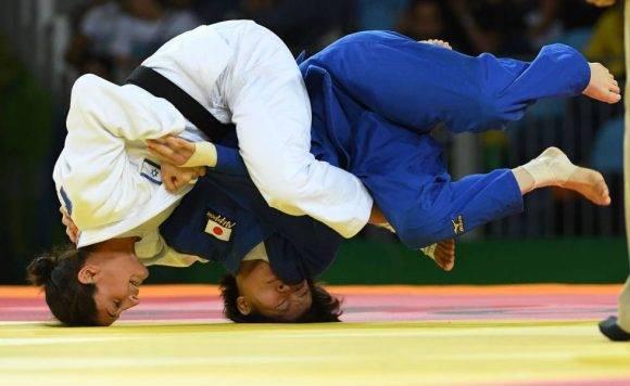La israelí Yarden Gerbi (blanco) contra la japonesa Miku Tashiro durante la competición femenina de 63 kg. Foto: Tosshifumi Kitamura/ AFP.
