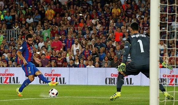 Arda Turan fue el mejor jugador del Barça en los dos partidos de la Supercopa. Foto Reuters/ Albert Gea.