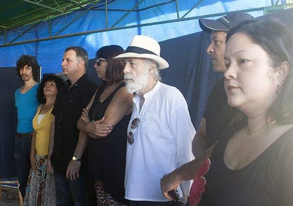De izq. a der. los artistas José Luis Fariñas, Ileana Malut, Maykel Herrera, Alicia Leal, Jorge Pereira y los hermanos Li y Lian Fong. Foto: José Raúl Concepción/ Cubadebate.
