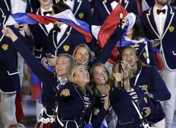 Deportistas rusas desfilan en la jornada inaugural de Rio 2016. Foto: AP