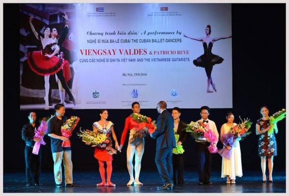 Bailarines del BNC y otros invitados reciben el premio del público. Foto Thank Ha
