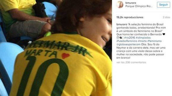 Bernardo tachó el nombre Neymar Jr de la camiseta número 10 de la selección y escribió el de Marta. El video con su explicación es furor en redes.