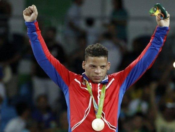 Borrero recibiendo su Oro Olímpico. Foto: Sitio Oficial de los Juegos.
