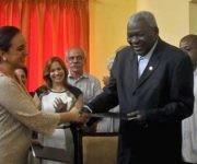 Gabriela Rivadeneira Burbano (izq. primer plano), presidenta de la Asamblea Nacional de Ecuador y su homólogo cubano Esteban Lazo Hernández (der. primer plano), se intercambian documentos tras la firma de un acuerdo de colaboración entre ambas Asambleas. Foto: ACN/ Oriol de la Cruz Atencio.