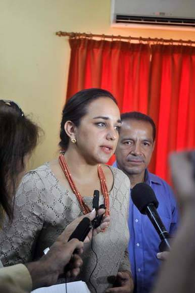 Gabriela Rivadeneira Burbano (I), presidenta de la Asamblea Nacional de Ecuador, ofrece declaraciones a la prensa. Foto: ACN/ Oriol de la Cruz Atencio.