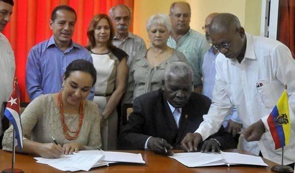 Gabriela Rivadeneira Burbano (C izq.), presidenta de la Asamblea Nacional de Ecuador, y su homólogo cubano Esteban Lazo Hernández (C der.), firman acuerdo de colaboración parlamentario entre ambos países, en La Habana. Foto: ACN/ Oriol de la Cruz Atencio.