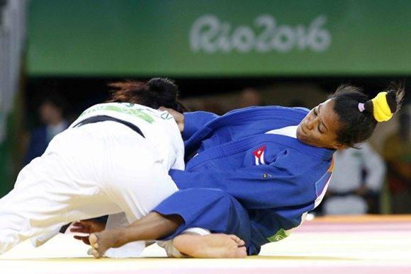 Dayaris Mestre Álvarez (azul) de Cuba, se enfrenta a  A Ratiarison (blanco) de Moldavia, en la categoría de los 48  Kg del judo femenino de los Juegos Olímpicos de Río de Janeiro, en el Arena Carioca 2, en Barra de Tijuca,  Brasil, el 6  de agosto de 2016. Foto: Roberto Morejón/ Jit.